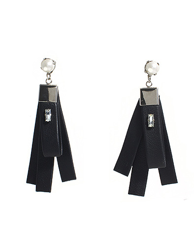 Leather tassel Pearl earring